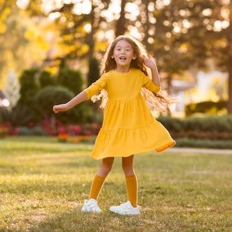 Schattig klein aziatisch meisje met plezier in het park