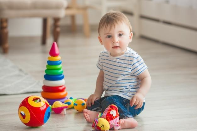 Schattig klein kind binnenshuis spelen. mooie baby babyjongen