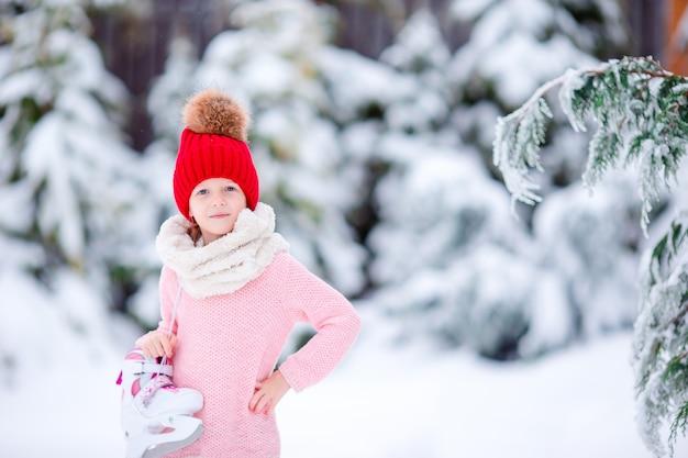 Schattig klein kind meisje gaat buiten skaten.