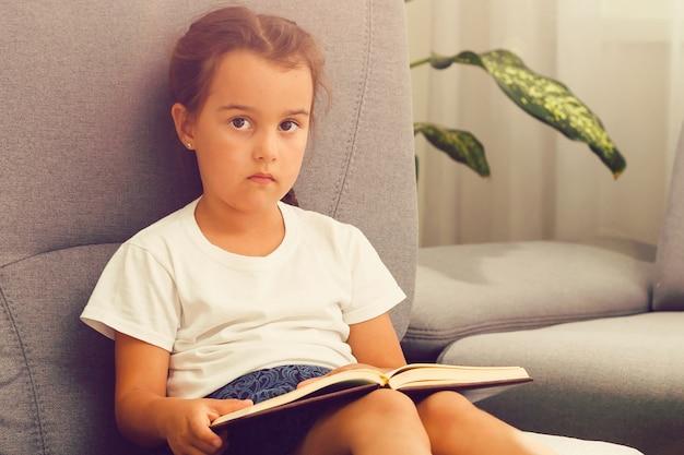 Schattig klein kind meisje het lezen van een boek