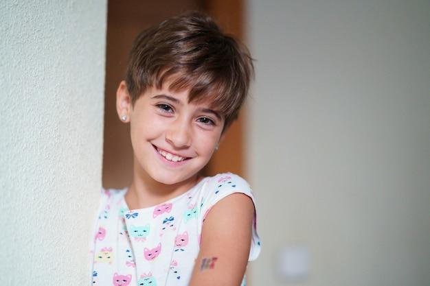 Schattig klein meisje, acht jaar oud, staren glimlachen naar de camera.