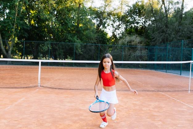 Schattig klein meisje badminton buiten spelen op warme en zonnige zomerdag