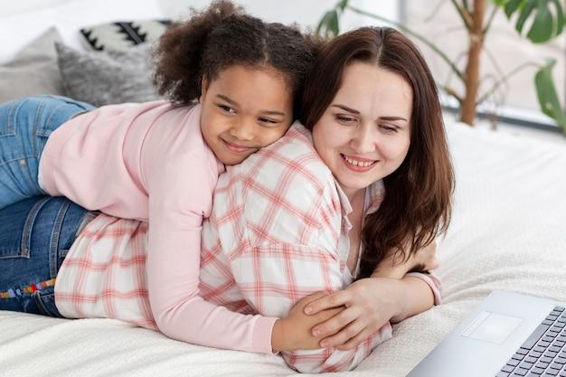 Schattig klein meisje blij om thuis te zijn met haar moeder