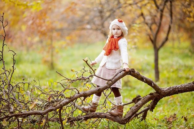 Schattig klein meisje buiten op mooie herfstdag in het bos. herfstactiviteiten voor kinderen.
