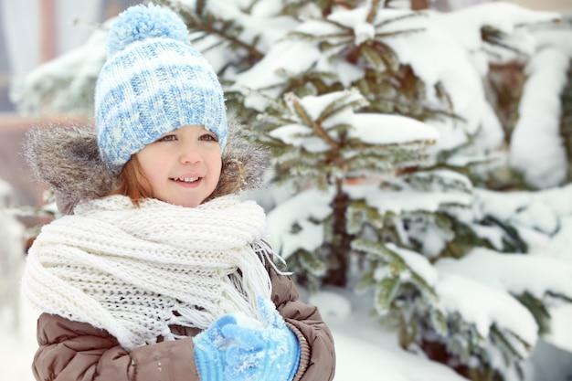 Schattig klein meisje buiten op winterdag