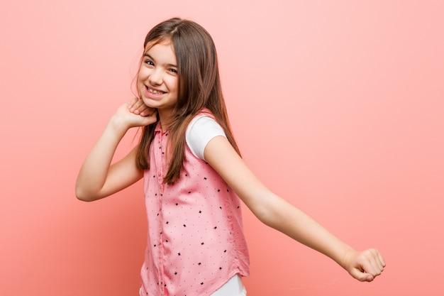 Schattig klein meisje dansen en plezier maken.