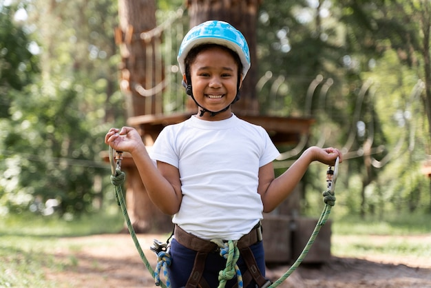 Schattig klein meisje dat plezier heeft in een avonturenpark