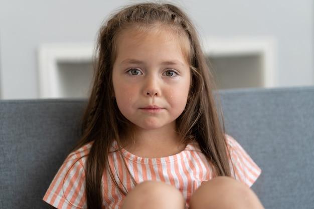 Schattig klein meisje dat thuis huilt.