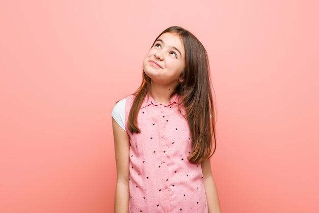 Schattig klein meisje dromen van het bereiken van doelen en doeleinden
