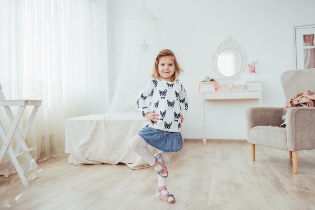 Schattig klein meisje droomt ervan om een ballerina te worden. meisje dat ballet bestudeert.