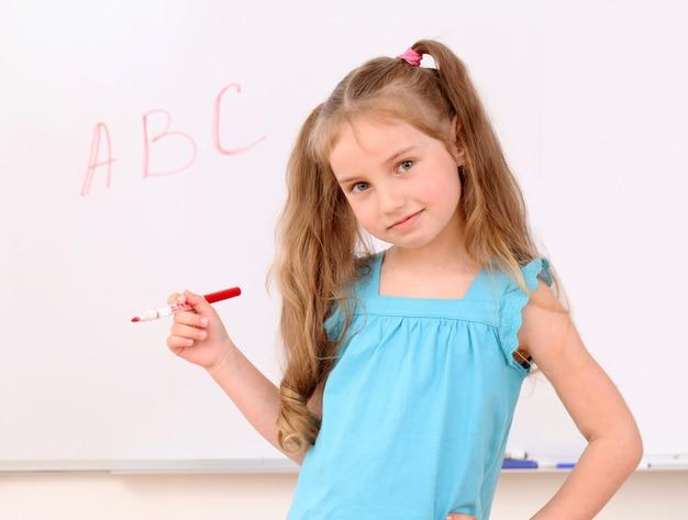 Schattig klein meisje en abc letters aan boord