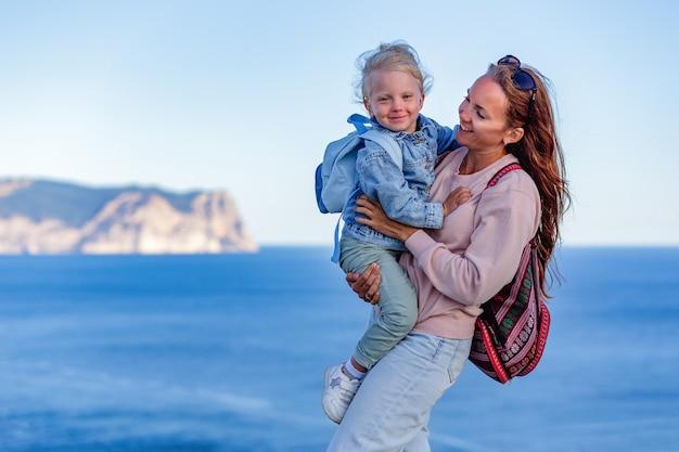 Schattig klein meisje en gelukkige moeder op zomervakantie