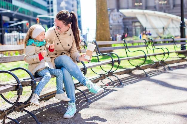Schattig klein meisje en moeder genieten van zonnige dag op new york city