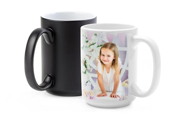 Schattig klein meisje gedrukt op kameleon cup geïsoleerd op witte achtergrond