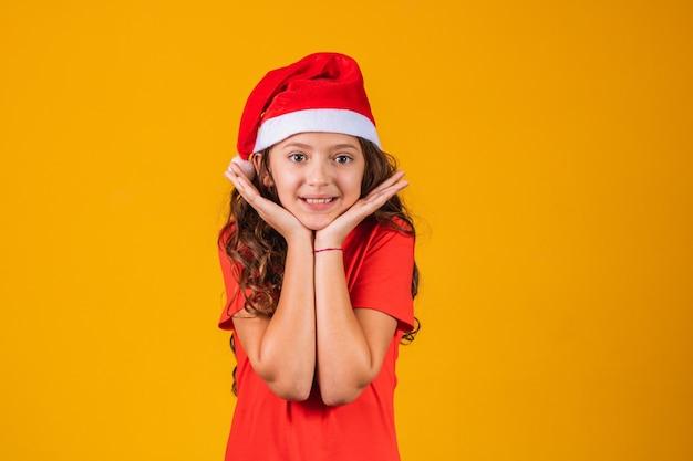 Schattig klein meisje gekleed in kerstoutfit