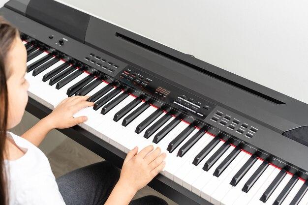 Schattig klein meisje heeft cursus met piano