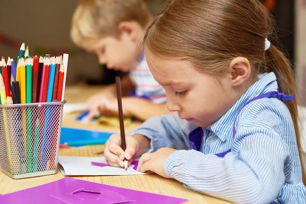 Schattig klein meisje in de ontwikkelingsschool