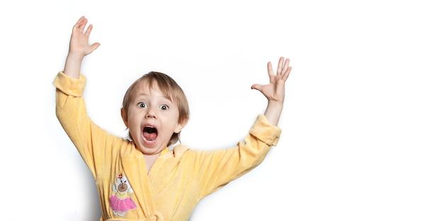 Schattig klein meisje in een badjas grappig poseren en schreeuwen