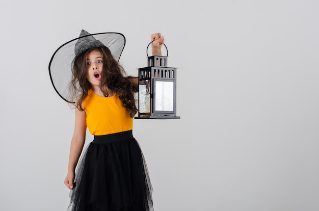 Schattig klein meisje in een heksenhoed .lamp.heluin.space for text