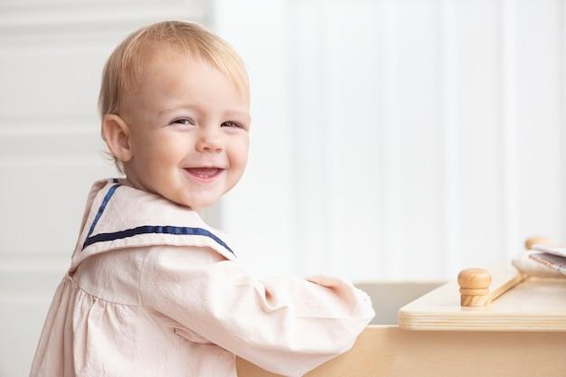 Schattig klein meisje in een matrozenjurk