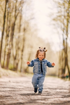 Schattig klein meisje in een park van de lente