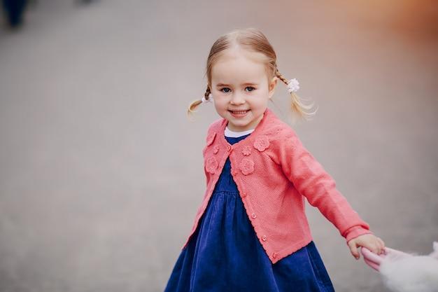 Schattig klein meisje in een park