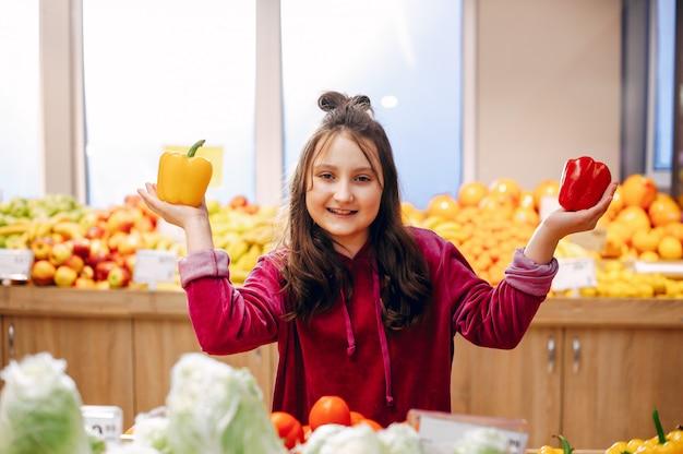 Schattig klein meisje in een supermarkt
