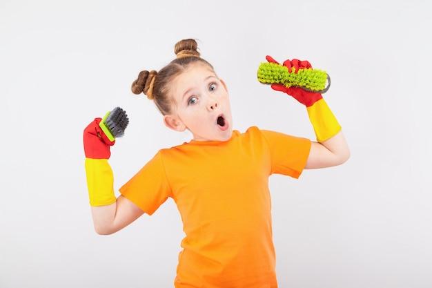 Schattig klein meisje in handschoenen met borstels