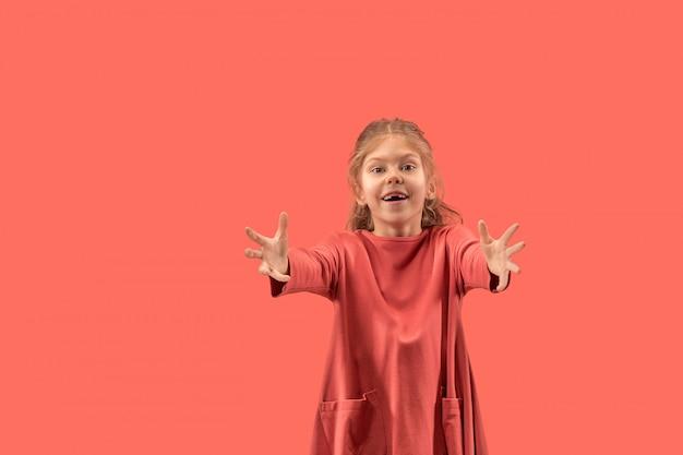 Schattig klein meisje in koraal jurk met lange haren glimlachen