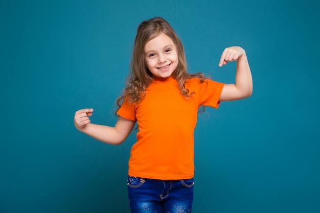 Schattig klein meisje in t-shirt met bruin haar Premium Foto
