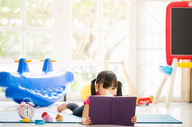 Schattig klein meisje is het lezen van een boek