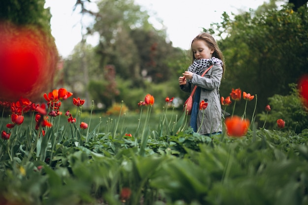 Schattig klein meisje met bloemen