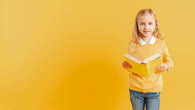 Schattig klein meisje met boek