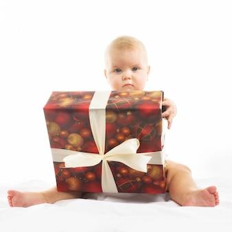 Schattig klein meisje met een groot cadeau