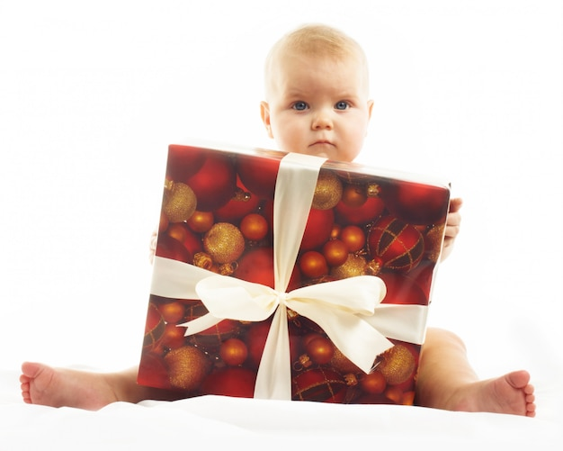 Schattig klein meisje met een grote kerstcadeau