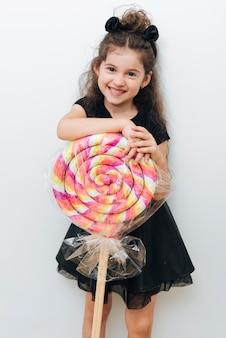 Schattig klein meisje met gigantische lolly