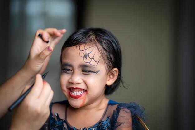 Schattig klein meisje met halloween make-up op haar gezicht