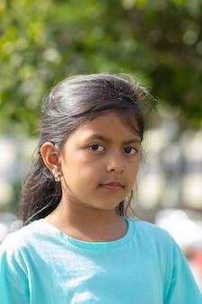 Schattig klein meisje met lang haar en zwarte ogen