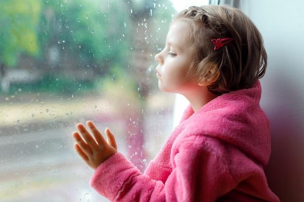 Schattig klein meisje met paardenstaart in roze badjas