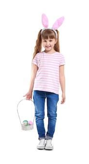 Schattig klein meisje met paaseieren en konijnenoren op wit
