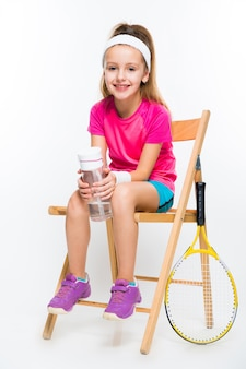 Schattig klein meisje met tennisracket