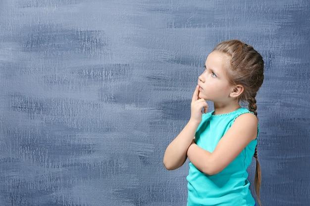Schattig klein meisje op gekleurde achtergrond