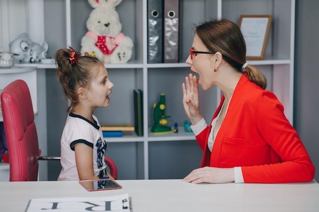 Schattig klein meisje op het kantoor van logopedist.