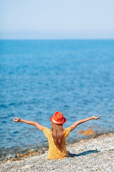 Schattig klein meisje op strand tijdens zomervakantie