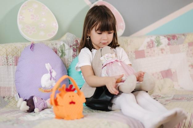 Schattig klein meisje pasen voorbereiden tijdens quarantainemeisje thuis