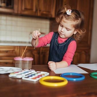 Schattig klein meisje, schattig peuter schilderij met aquarellen