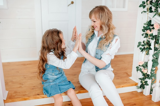 Schattig klein meisje speelt een taart met haar moeder, familie heeft plezier in de ochtend, glimlachend preschool dochter met moeder haar handen klappen, genieten van vrije tijd
