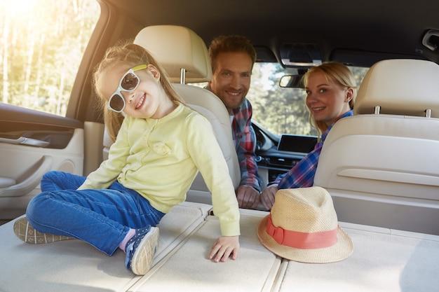 Schattig klein meisje speelt in auto familie road trip