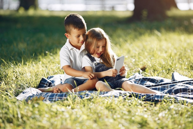 Schattig klein meisje spelen in een park met haar vriend