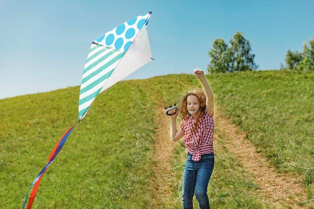 Schattig klein meisje spelen met een vliegende vlieger.